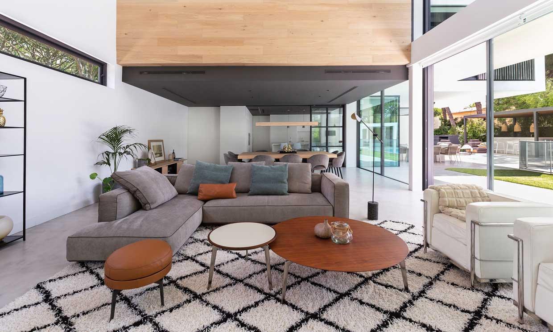 Salones donde el sofá no se apoya en la pared