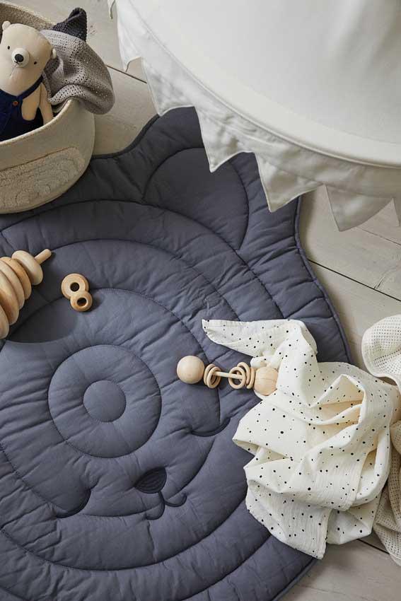 Detalle manta acolchada en rincón lúdico para bebé
