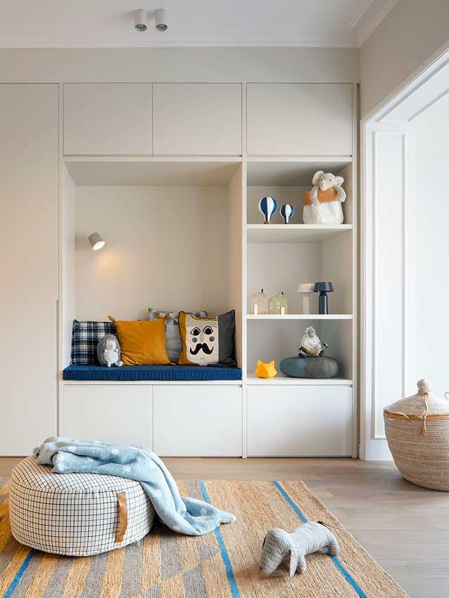 Mueble a medida para guardar juguetes y con banco de lectura