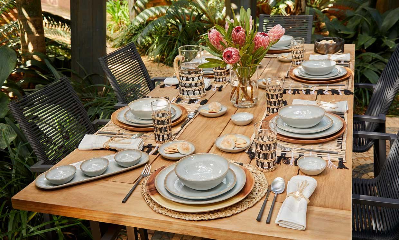 Viste y prepara la mesa de verano para comer juntos en el jardín