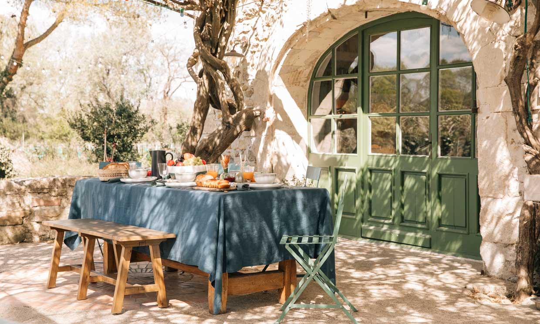 12 mesas para montar el comedor exterior según el momento del día y tu estilo 'deco'