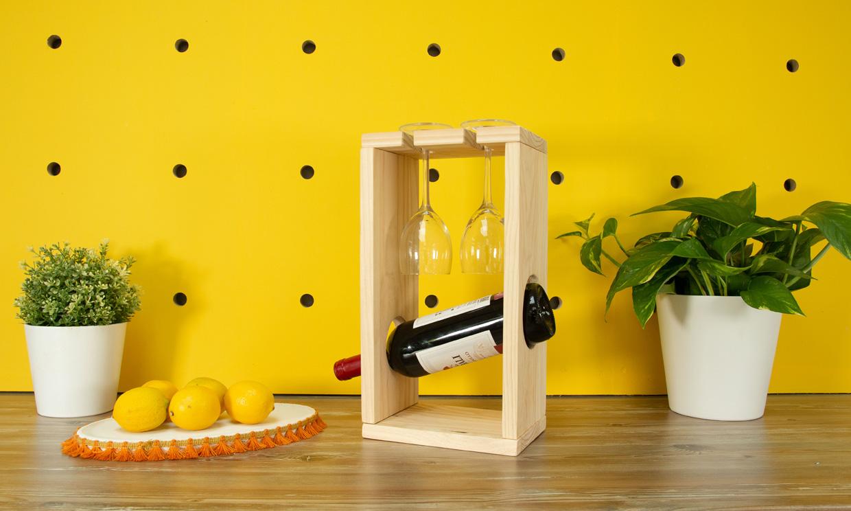 Un original soporte de madera para colocar las copas y la botella de vino