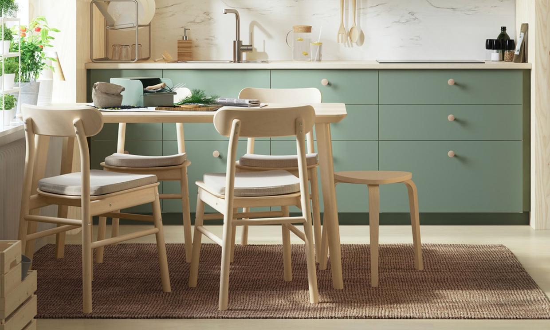 Mesas de 'office' pequeñas, pero suficientes para un desayuno en la cocina
