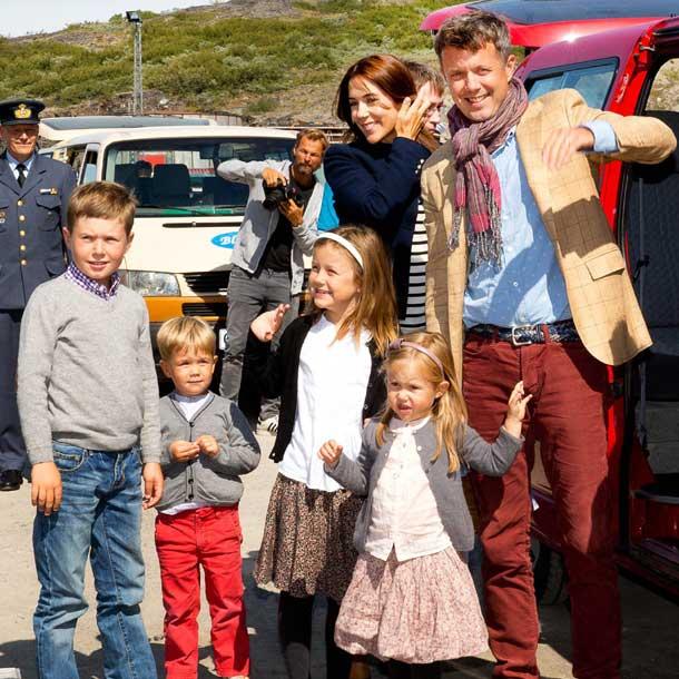 Federico y Mary de Dinamarca embarcan con sus hijos para una gira oficial por Groenlandia