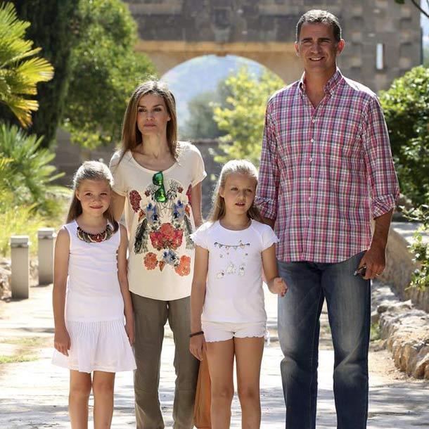 La curiosidad de la princesa Leonor en el nuevo posado familiar de los Reyes y sus hijas