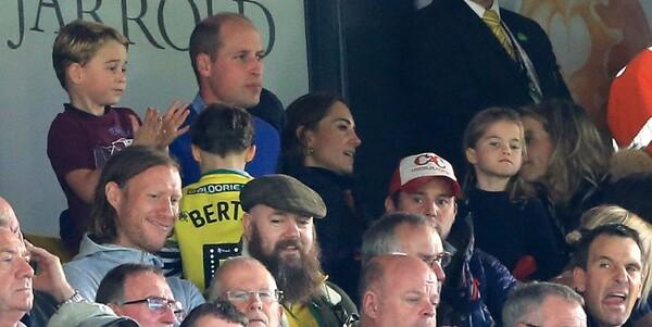 Los duques de Cambridge llevan al fútbol al príncipe George y la princesa Charlotte