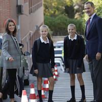 La reina Letizia y el rey Felipe VI llevan a sus hijas a la escuela: las mejores fotos