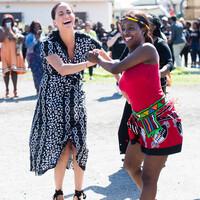 ¡Duquesa bailarina! Meghan Markle visita a África 'como una mujer de color'
