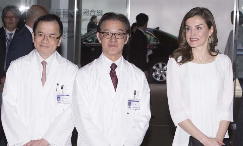 La reina Letizia muestra su interés por los avances japoneses en medicina personalizada