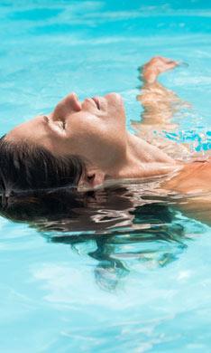 La natación, ¿es realmente tan buena para la espalda?