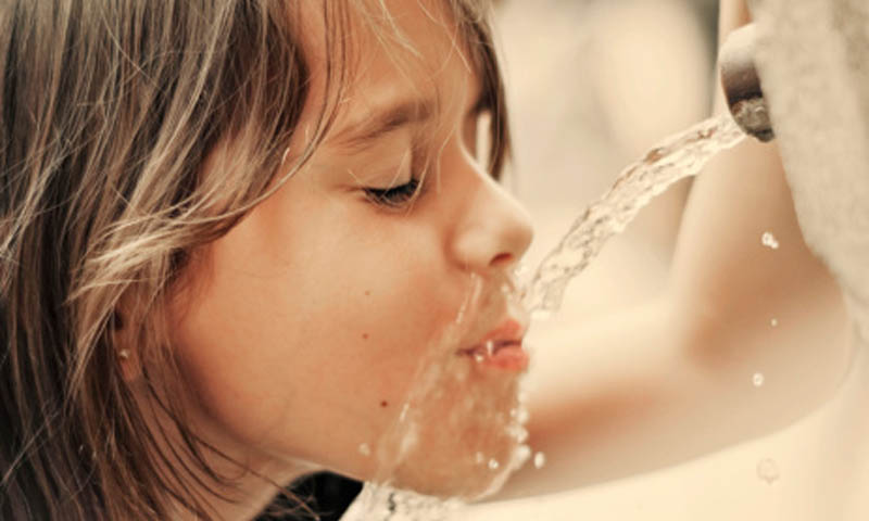 Consumir agua de mineralización débil, ¿una moda?