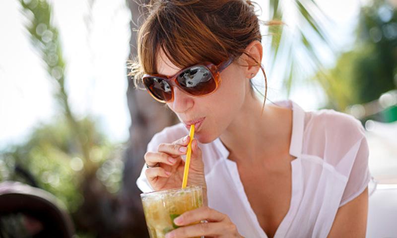 ¿A qué bebidas puedes recurrir para hidratarte con salud este verano?