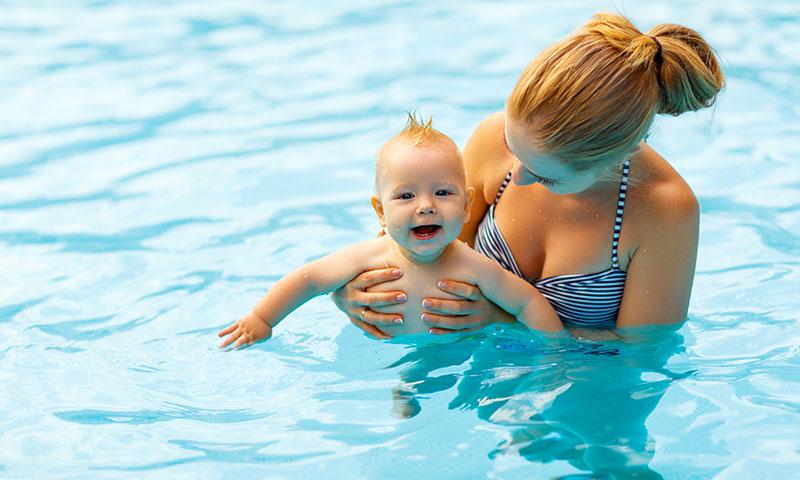 ¿Cuándo podemos empezar a enseñar al bebé a nadar?