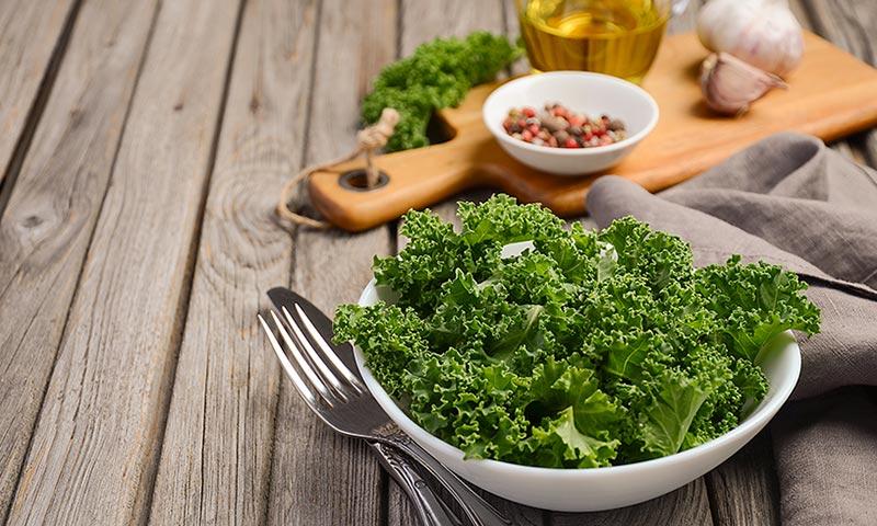 Beneficios y recetas de kale el superalimento de moda - Cocinar col kale ...