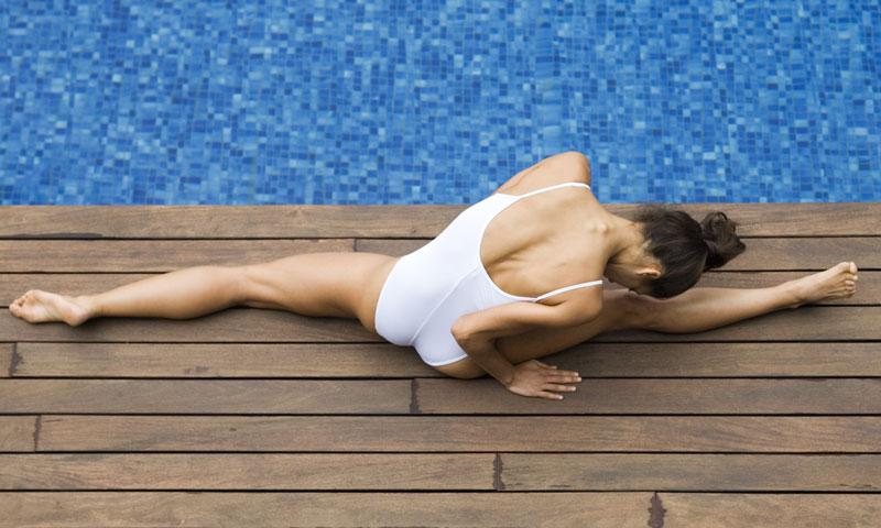 Cuatro ejercicios sencillos para practicar en la piscina for Ejercicios en la piscina