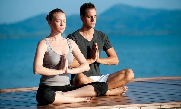 Practica el yoga en pareja