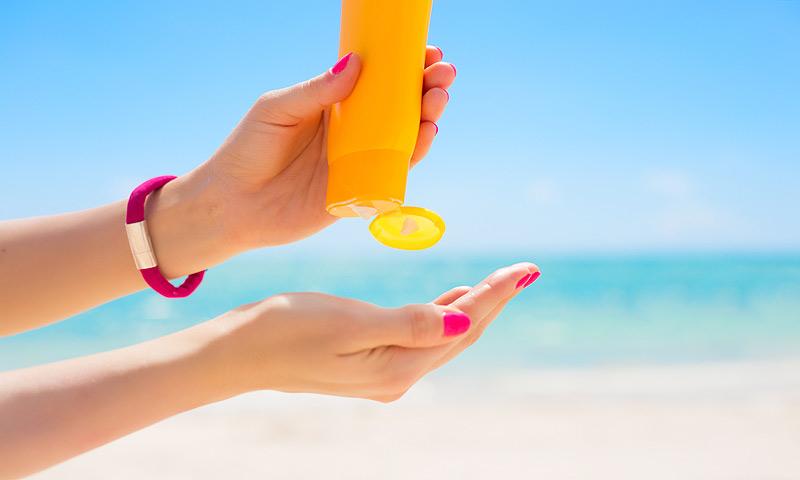 Los 10 errores que cometemos todos al aplicarnos la crema solar