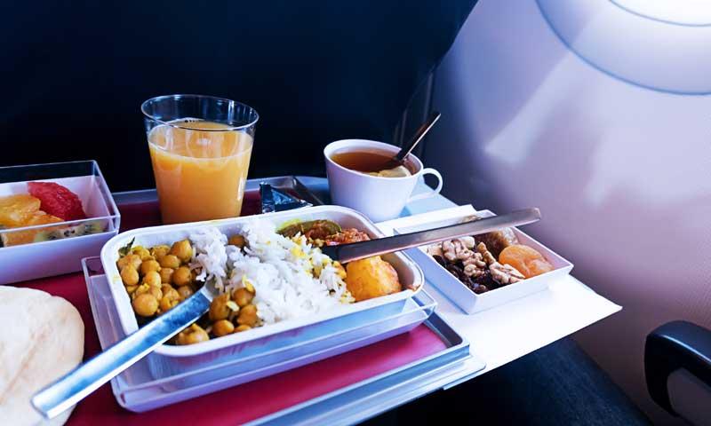 Por qué la comida que se sirve en los aviones sabe diferente