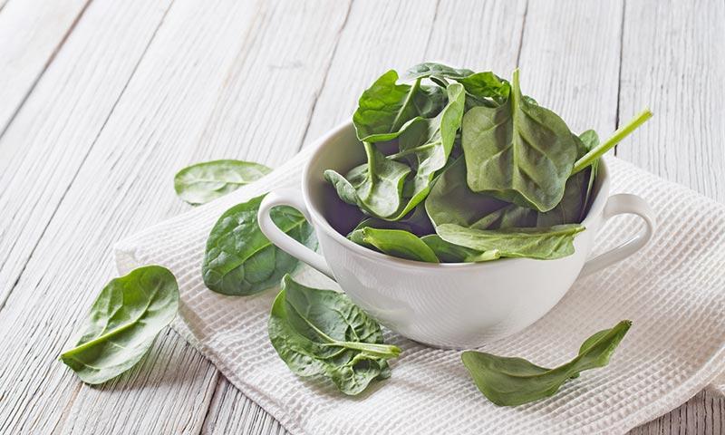 Alimentos para dormir mejor: verduras de hoja verde