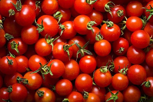 Tomates cherry y pepinos crujientes