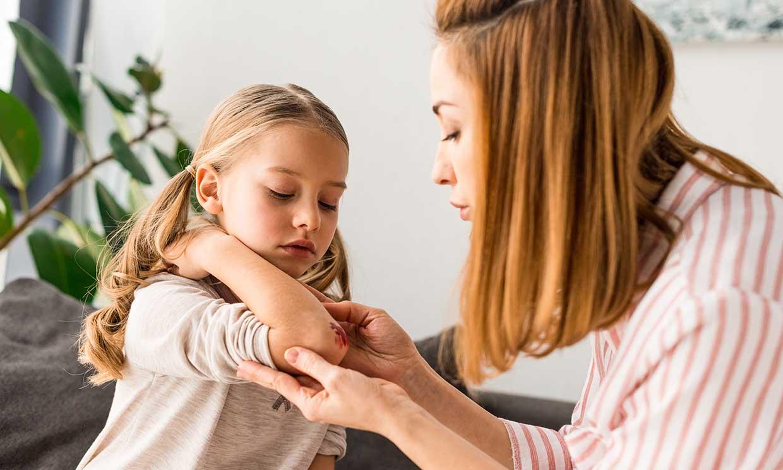 Forzar a que tu hijo compruebe las consecuencias de sus actos puede ser un tipo de maltrato