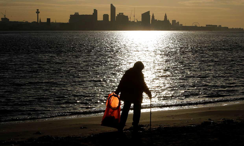 'Action Nan', así es la abuela de 70 años que limpió 52 playas de basura en un año