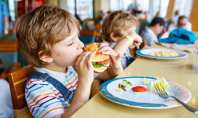 Donald Trump da la luz verde para que la comida basura vuelva a los comedores escolares