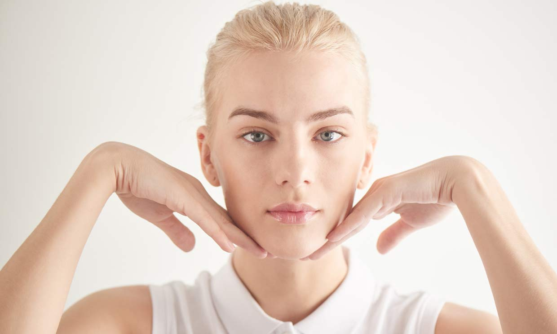 Apunta este ritual de yoga facial para reducir las arrugas de tu piel