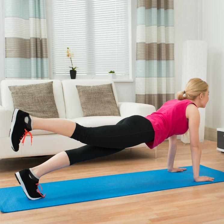 ejercicios de glúteos en casa con peso