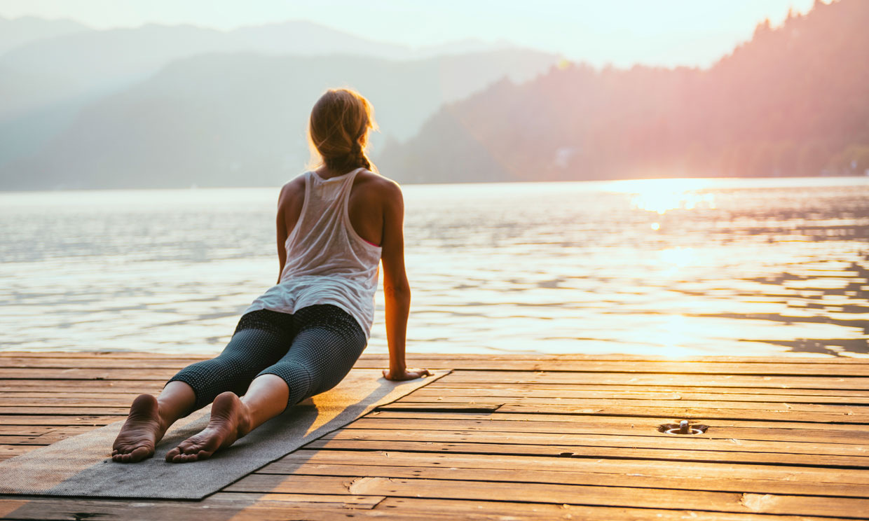 Las 12 posturas de yoga del saludo al sol