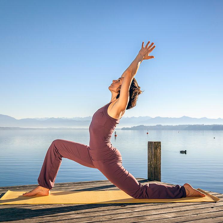 Posturas De Yoga Asanas Que Te Ayudaran A Mejorar Y Desarrollar El Equilibrio Fisico Y Mental Foto 1