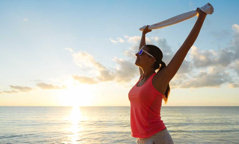 Ejercicios para tonificar los brazos en la playa, la piscina (o al salir de la ducha)