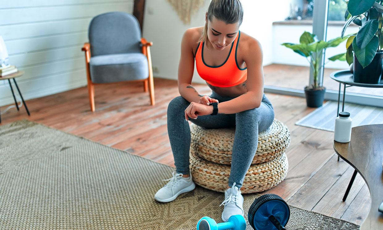 ¿Te han cerrado el gym? Aquí tienes 13 ejercicios que puedes hacer en 10 minutos