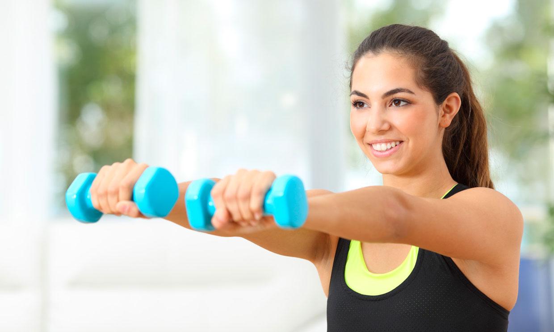 7 ejercicios con mancuernas para fortalecer los músculos de los brazos