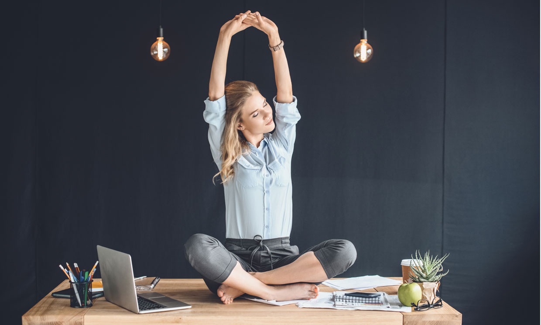 Estas posturas de yoga son perfectas para relajar la espalda en la oficina