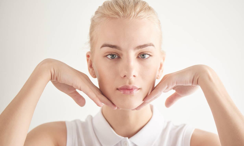 Ejercicios faciales para prevenir las arrugas que puedes hacer si estás teletrabajando