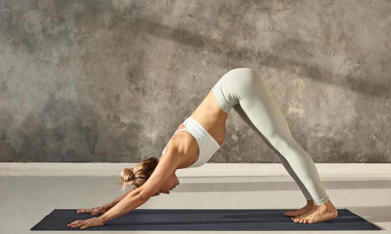 Los beneficios y las variantes de la postura de yoga 'perro boca abajo'