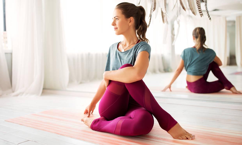 8 posturas de yoga sencillas que puedes practicar en cualquier sitio