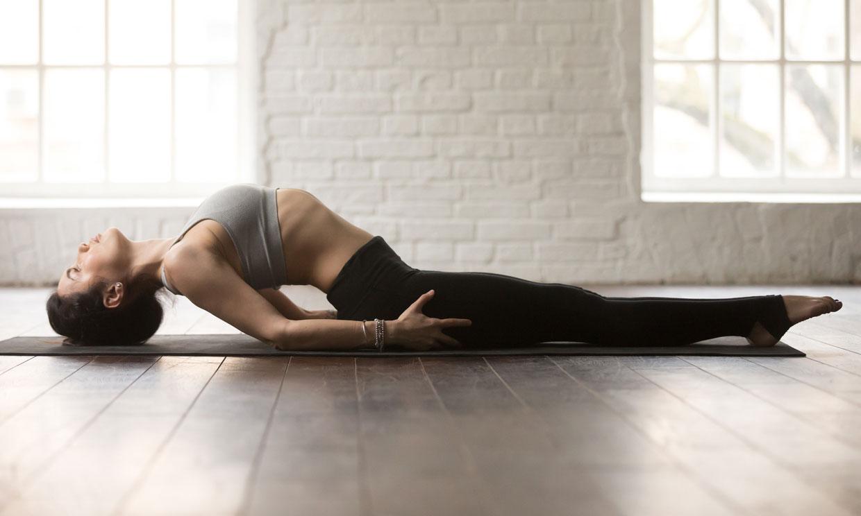 Esta postura de yoga, conocida como 'el pez', puede mejorar tu espalda en poco tiempo
