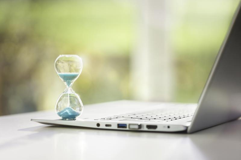 reloj de arena con un ordenador