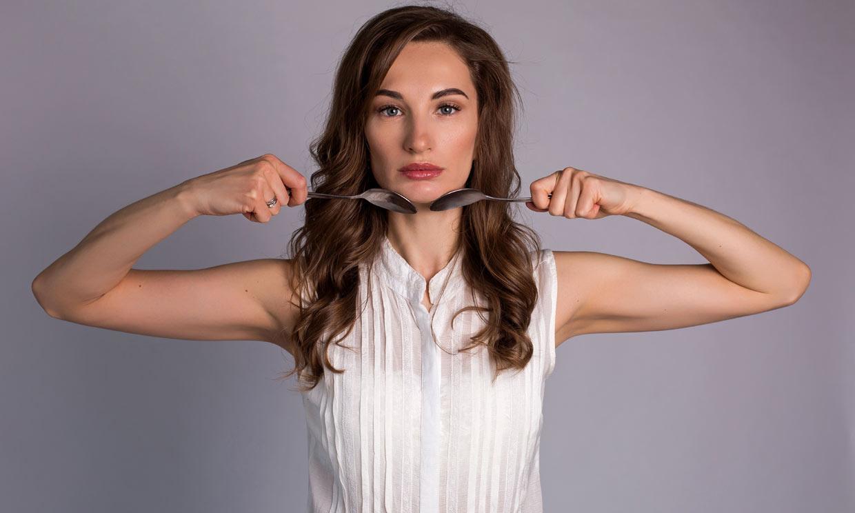 El masaje facial con dos cucharas para tonificar tu piel (y que se ha hecho viral)