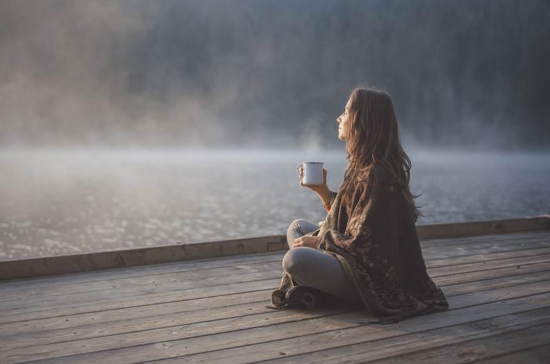 chica-medita-lago