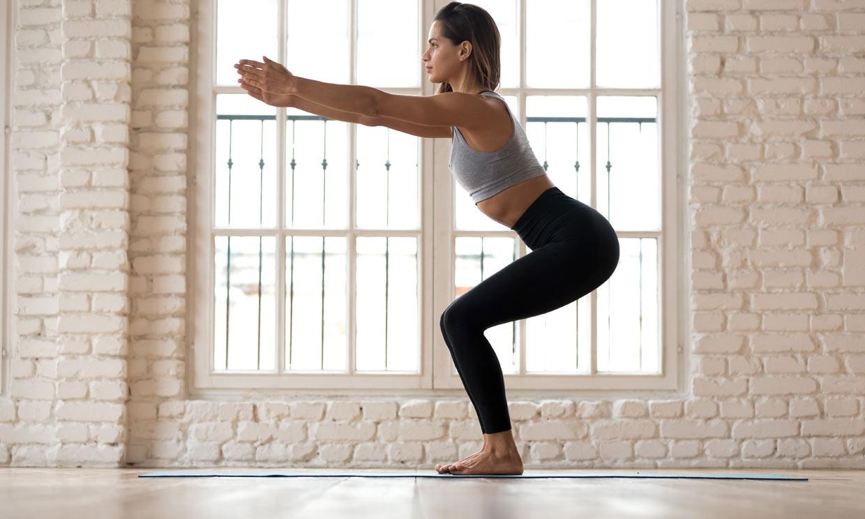 Postura de la silla: una asana de yoga buena para tu espalda y tus piernas