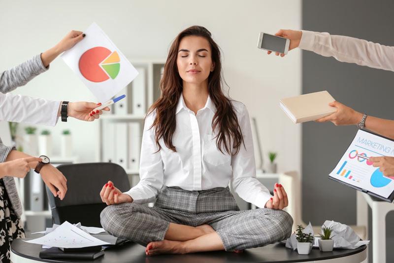 mujer con estrés en el trabajo