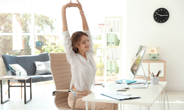 ¿Pasas demasiadas horas al día sentada? Te damos trucos fáciles para evitarlo