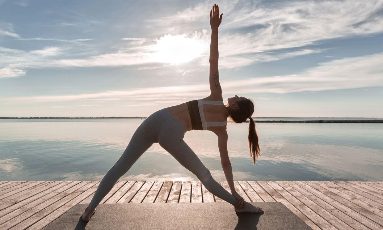 ¿Hacer yoga en verano? Apunta estos consejos y prueba estas posturas