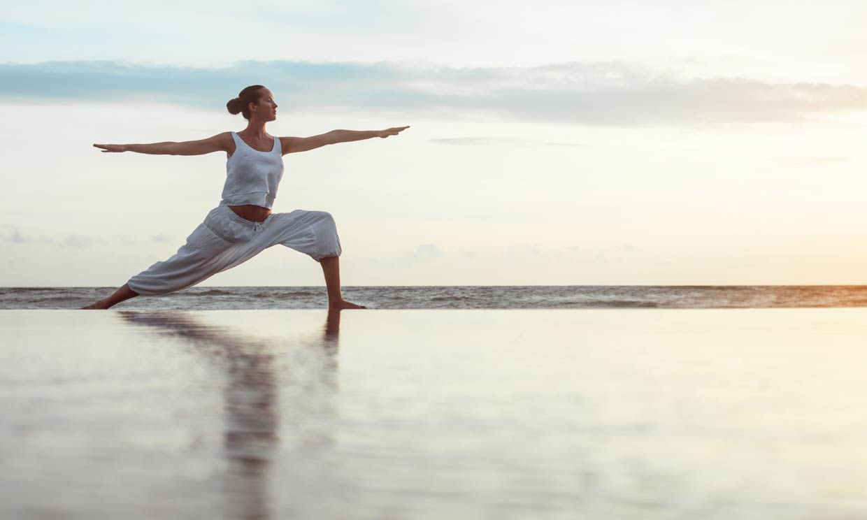 Si en verano se te hinchan la piernas, prueba estas posturas de yoga