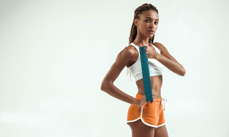 4 ejercicios para tonificar tu cuerpo en 10 minutos con cinta elástica