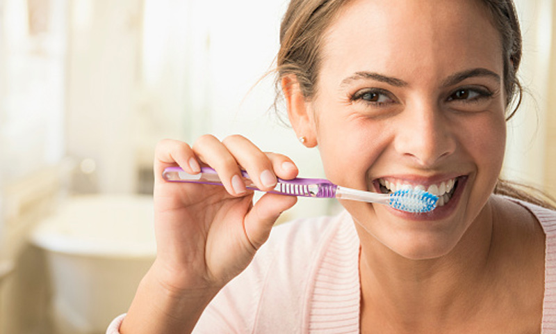 Cepillarte justo después de cada comida y otros errores que ponen en riesgo tu salud dental