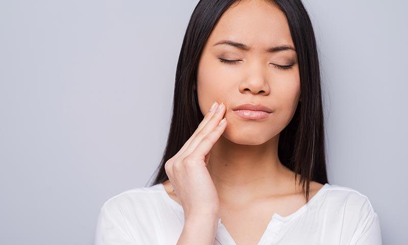 Si te despiertas con dolor de cabeza puede ser porque tus dientes rechinan de noche